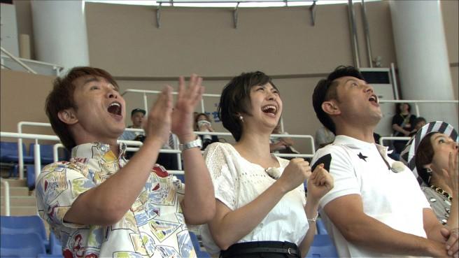 左から濱口優さん、山下リオさん、的場浩司さん。アクアワールド・大洗のイルカショーに大喜び!