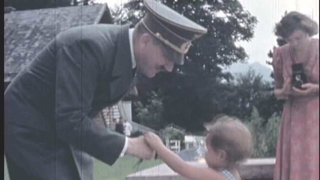 柔和な表情を見せるヒトラー カメラを構える愛人エヴァ(新・映像の世紀 第3集 より)