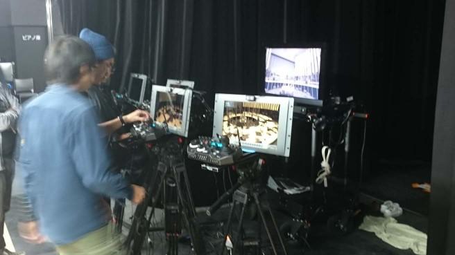 カメラマンはバックステージでリモート撮影
