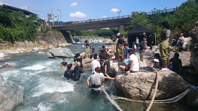 川に落ちた王子を救い出すシーンは昨年9月下旬に下仁田で撮影。20度の水温のなか、お湯をかけながら奮闘する綾瀬さん。