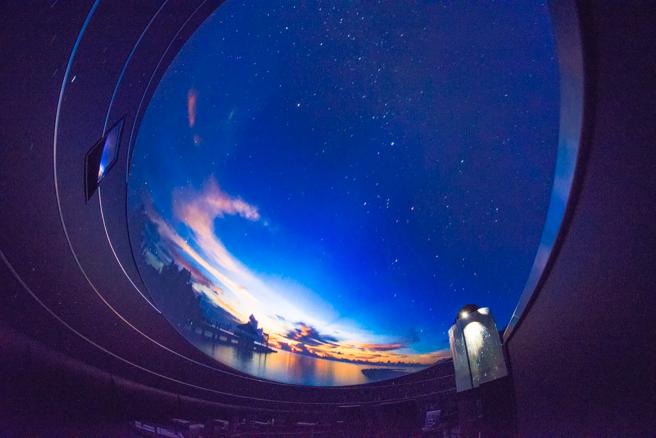 実写映像と光学式プラネタリウムが融合するシーン