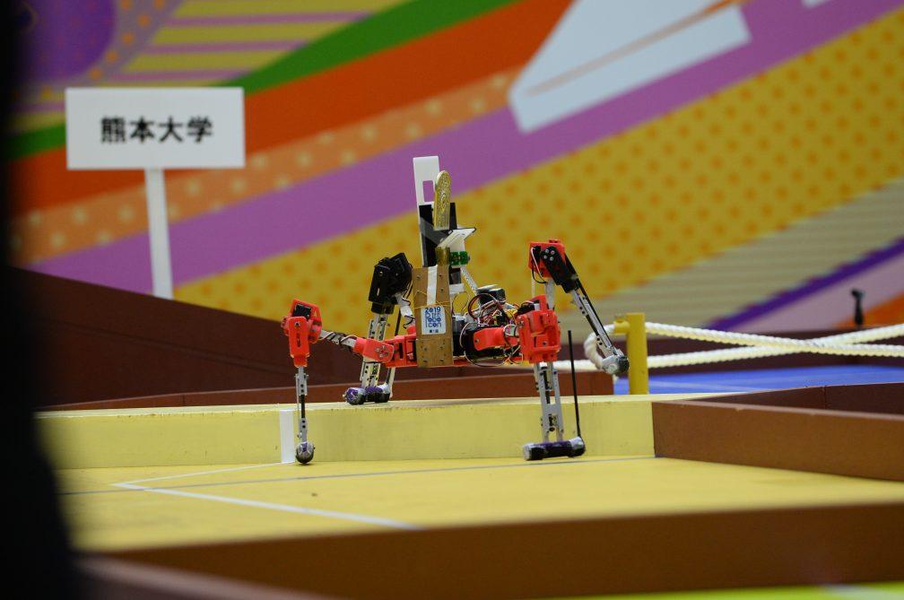 熊本大学の4脚ロボットは蜘蛛型。地を這うようにゴールを目指します。
